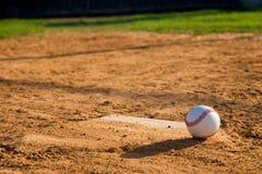 Basebol Homeplate com basebol nele Fotografia de Stock Royalty Free