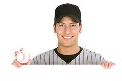 Basebol: Jogador que guarda a bola atrás do cartão branco foto de stock royalty free