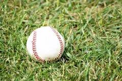 Basebol na grama Fotografia de Stock