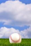Basebol na grama Imagens de Stock Royalty Free