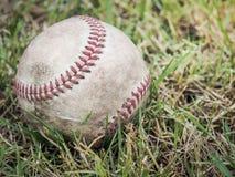 Basebol nostálgico na grama imagem de stock royalty free