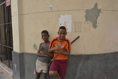 Basebol VELHO da vara das ruas de CUBA HAVANA fotografia de stock royalty free