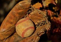 Basebol velho e luva fotografia de stock