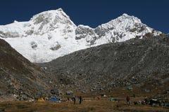 Basecamp en altas montañas imagen de archivo libre de regalías