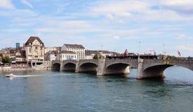 Basel - Mittlerebrücke, Rhein, spårvagn Arkivbilder