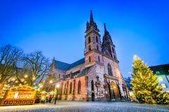 Basel, Swizterland - Munster domkyrka och julmarknad Arkivfoton