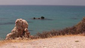 Basen Aphrodite, skalistej plaży falez wysoki niebieskie niebo i morze, Denny wybrzeże z skałami, nikt zbiory