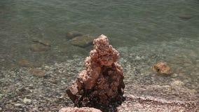 Basen Aphrodite, skalistej plaży falez wysoki niebieskie niebo i morze, Denny wybrzeże z skałami, nikt zbiory wideo