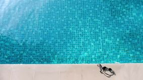 Basen błękitne wody, oko gogle w lecie i białe bocznego baru podłogowe płytki w hotelu dla relaksujemy i chllin na urlopowym dniu zdjęcie wideo