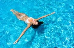 basen kobieta relaksująca pływacka Zdjęcia Stock