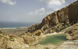 Basen na skale, Dihamri żołnierz piechoty morskiej Ochraniał teren, Socotra wyspa, Jemen Zdjęcie Royalty Free
