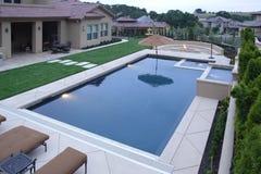 basen ogródka luksusowe wodospadu zdjęcia stock