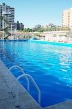 basen olimpijski opływa Słoneczny dzień przy klubem Lato obrazy stock