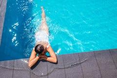 basen relaksuje pływackiej kobiety Obrazy Stock