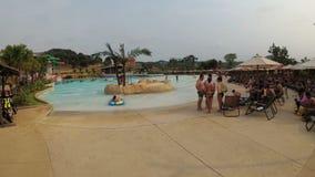 Basen z sztuczną fala w Aqua parku Ramayana Tajlandia zdjęcie wideo