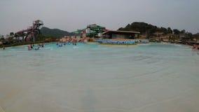 Basen z sztuczną fala w Aqua parku Ramayana Tajlandia zbiory wideo