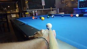 Basenu gracza celowanie przy bilardowymi piłkami Zdjęcia Stock