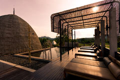 Basenu łóżko obok basenu dla relaksuje Fotografia Royalty Free
