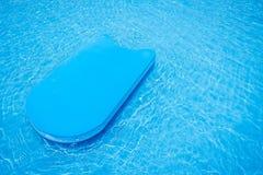 Basenu kopnięcia deska w pływackim basenie Obrazy Royalty Free