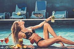 Basenu przyj?cie relaksuje w zdroju kurorcie Koktajl z owoc przy seksown? dziewczyn? w basenie na Maldives Mody kobieta z odśwież zdjęcie stock