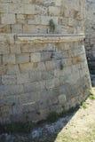 Basera den red ut fästningväggen på ön av Rhodes i Grekland Royaltyfri Bild