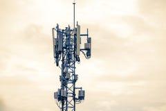 Basera stationen eller grundTransceiverstationen f?r moscow f?r omr?desstadsdmitrov vinter f?r torn f?r telekommunikation natt arkivfoton