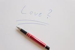 Bases d'écriture de lettre d'amour avec le stylo rouge Image libre de droits