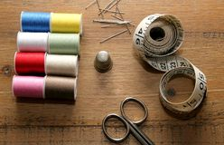 Bases de couture sur une table de couture en bois Photo libre de droits