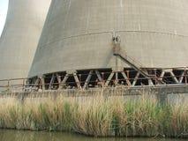 Bases de la torre de enfriamiento nuclear al lado del río Foto de archivo