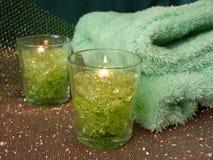Bases de station thermale (bougies et serviettes vertes) photos libres de droits