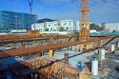 Bases massives de bâtiment de preuve de tremblement de terre étant construites Images stock