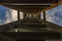 Basez vers le haut de la vue du poteau de projecteur contre le fond de ciel bleu photo libre de droits
