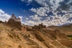 废墟和Basgo修道院包围与石头和岩石,拉达克 免版税库存照片