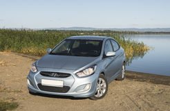 Bashkortostan Rosja, Sierpień, - 3, 2015: Samochód jest Hyundai akcentem na jeziorze Zdjęcia Stock