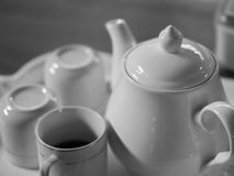 BASIC PORCELAIN WHITE TEAPOT AND CUPS Stock Photos