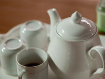 BASIC PORCELAIN WHITE TEAPOT AND CUPS Royalty Free Stock Images