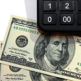 Basicamente contas de cem-dólar com calculadora Fotos de Stock Royalty Free