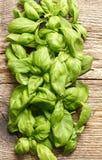 Basilów liście na drewnianym tle Zdjęcie Stock