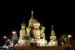 Basil Cathedral på den röda fyrkanten, Moskvanatt arkivbild