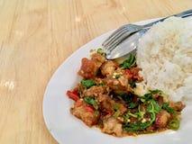 Basil Crispy-Schweinefleisch mit Reis stockfotos