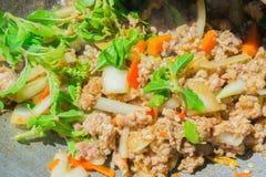 Basil Fried Pork Chops Cooking em uma bandeja quente Alimento popular de Tha Fotos de Stock Royalty Free