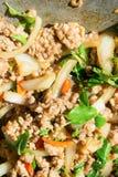 Basil Fried Pork Chops Cooking sur une casserole chaude Nourriture populaire de Tha photo libre de droits