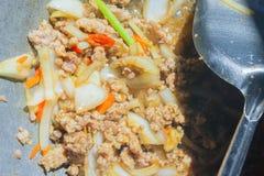 Basil Fried Pork Chops Cooking sur une casserole chaude Nourriture populaire de Tha image libre de droits