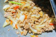 Basil Fried Pork Chops Cooking sur une casserole chaude Nourriture populaire de Tha images libres de droits