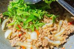 Basil Fried Pork Chops Cooking sur une casserole chaude Nourriture populaire de Tha images stock