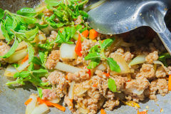 Basil Fried Pork Chops Cooking sur une casserole chaude Nourriture populaire de Tha photographie stock