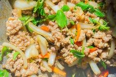 Basil Fried Pork Chops Cooking sur une casserole chaude Nourriture populaire de Tha photos libres de droits