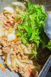 Basil Fried Pork Chops Cooking sur une casserole chaude Nourriture populaire de Tha photo stock