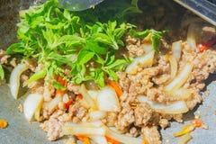 Basil Fried Pork Chops Cooking sur une casserole chaude Nourriture populaire de Tha photographie stock libre de droits