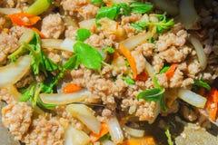 Basil Fried Pork Chops Cooking sur une casserole chaude Nourriture populaire de Tha photos stock